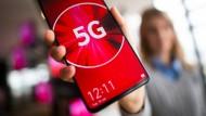 Eine Vodafone-Mitarbeiterin hält ein 5G-Smartphone in der Hand.