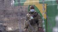 Ein Soldat an einem Kontrollpunkt in Majorsk in der Region Donezk.