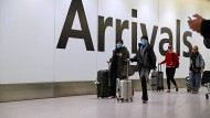 Fluggäste in der Ankunftshalle des Londoner Flughafens Heathrow