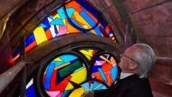 Die vom Künstler Imi Knoebel gestalteten Fenstermalereien sind weltweit bekannt. Hier ist Knoebel beim Einbau neuer Kirchenfenster in Reims zu sehen.