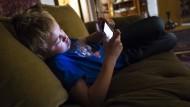 Wenn aus wenigen Sekunden mehrere Minuten werden: Kinder können ihre Zeit am Smartphone nur schwer einschätzen.