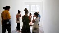 Viele Interessenten: Wohnungsbesichtigung in Berlin-Neukölln