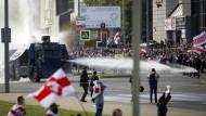 Die Sicherheitskräfte setzen am Sonntag Wasserwerfer gegen die Demonstranten ein.