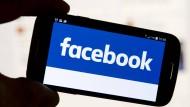 Facebooks Algorithmus scannt Beiträge und Kommentare auf verdächtige Hinweise und meldet Personen mit erhöhtem Suizidrisiko an einen Mitarbeiter.