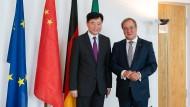 Armin Laschet im Jahr 2019 mit dem chinesischen Botschafter Wu Ken in Düsseldorf
