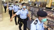 """Einschüchterung: Eine Polizei-Razzia im August 2020 im Hauptquartier der Lokalzeitung """"Apple Daily"""""""