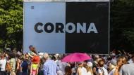 Corona wird uns laut WHO noch lange begleiten: Plakat bei den Protesten gegen Einschränkungen während der Covid-19-Pandemie in Berlin am 1. August 2020.