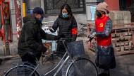 Fiebermessen am Eingang eines Wohngebietes in Peking