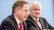 """""""Ich habe eine Fürsorgepflicht für meine Mitarbeiter"""" – mit diesen Worten verteidigt Horst Seehofer (rechts) sein Festhalten an Maaßen."""