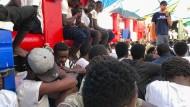 """Migranten an Bord des Rettungsschiffs """"Ocean Viking"""""""