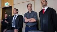 Angeklagt: Der Unternehmer Alexander Falk (Mitte) wartet am Mittwoch mit seinen Anwälten im Frankfurter Landgericht auf den Prozessbeginn.