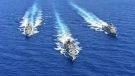 Griechische Marineschiffe im Mittelmeer