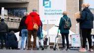 Wartende Menschen vor dem Impfzentrum in Braunschweig.