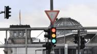 Die Leuchtzeichen in Berlin deuten Rot, Gelb, Grün an: Wird die nächste Koalition eine Ampel?