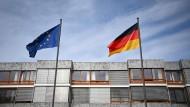 Vor dem Bundesverfassungsgericht in Karlsruhe wehen die Fahnen der EU und Deutschlands gleich hoch