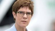 Die CDU-Vorsitzende und Verteidigungsministerin Annegret Kramp-Karrenbauer sieht bei ihren Englisch- und Französischkenntnissen Luft nach oben.