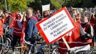 Die Gewerkschaft Erziehung und Wissenschaft hat die Lehrkräfte an Berliner Schulen zum Streik aufgerufen. Mit einem Fahrradkorso am Oranienplatz demonstrieren sie am 6. Oktober 2021 für kleine Klassen und bessere Gesundheitsvorsorge.