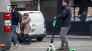 E-Rollerfahrer im April in Paris: Die Stadt hat das Fahren auf den Bürgersteigen mittlerweile verboten.