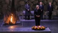 An der Seite Israels: Bundeskanzlerin Angela Merkel hält nach der Kranzniederlegung in Yad Vashem inne.