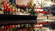 Blumen und Kerzen sind am Marktplatz von Hanau für die Opfer des Terroranschlags aufgestellt worden.