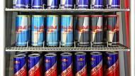 Ein Kühlschrank mit Red-Bull-Getränken