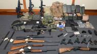 Das von Ermittlern im Haus des Verdächtigen sichergestellte Waffenarsenal