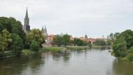 Sieht ruhig aus, hat aber an einigen Stellen eine reißende Strömung: die Donau bei Ulm.