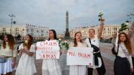 Frauen in weiß protestieren während einer Kundgebung zur Unterstützung der inhaftierten Demonstranten in Minsk.
