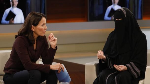 """© dpa Anne Will spricht in ihrer Sendung am 6 November 2016 zum Thema """"Mein Leben für Allah - Warum radikalisieren sich immer mehr junge Menschen?"""" mit Nora Illi, Frauenbeauftragte des Islamischen Zentralrats Schweiz"""