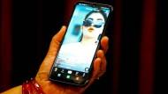 Eine Frau in Indien nutzt auf ihrem Smartphone die chinesische App Tiktok.