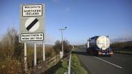 """Ein Straßenschild mit der Aufschrift """"Willkommen in Nordirland"""" steht am Straßenrand an der Grenze zwischen Nordirland und der Republik Irland."""