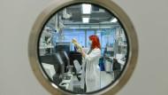 Ein Virus, der nicht nur Mediziner beschäftigt: Corona-Forschung im Testlabor