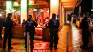 Polizisten sichern Anfang Januar in Bochum während einer Razzia von Zoll und Polizei eine Shisha-Bar.