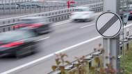 Autos fahren auf der Autobahn A81 auf einem Abschnitt ohne Geschwindigkeitsbegrenzung.