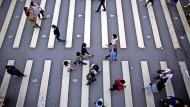 Die freiere, demokratische Gesellschaft des Nachbarlandes ist China weiter ein Dorn im Auge: Menschen an einem Zebrastreifen in Taipeh.