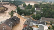 Ein Foto, das die Bezirksregierung Köln verbreitete, zeigt Überschwemmungen in Erftstadt-Blessem. Laut der Behörde sind einige Häuser eingestürzt, mehrere Menschen würden vermisst.