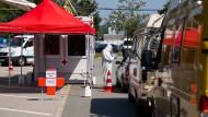 Dauert: Ein Mitarbeiter vom Bayerischen Roten Kreuz nimmt an einem Corona-Testzentrum an der A8 an der Rastanlage Hochfelln-Nord Abstriche von Autofahrern.