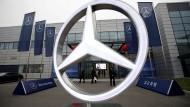 Eine Niederlassung der Daimler-Marke Mercedes-Benz in Peking ist zu sehen.