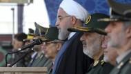 Der iranische Präsident Hassan Rohani nimmt an einer Militärparade in Teheran teil.