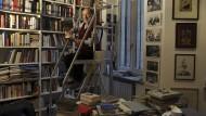 Und doch ist alles an seinem Platz: Umberto Eco 2014, umgeben von seinen Büchern