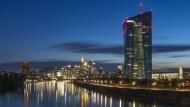 Das Gebäude der Europäischen Zentralbank vor der Frankfurter Skyline