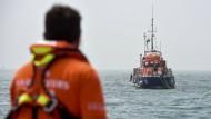 Ein Boot der französischen Küstenwache am Montagnachmittag auf der Suche nach Überlebenden im Ärmelkanal.