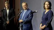 Unionskanzlerkandidat Armin Laschet mit den Grünen-Vorsitzenden Robert Habeck und Annalena Baerbock nach einem Treffen am Dienstag in Berlin