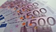 Mehrere 500-Euro-Scheine liegen auf einem Tisch. Seit knapp einem Jahr geben die Notenbanken im Euroraum keine neuen 500-Euro-Scheine mehr heraus.
