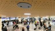 Für Einzelhändler und Flughäfen: Sensoren an der Decke zählen und lenken die Kundschaft.