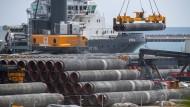 Rohre für die Gaspipeline Nord Stream 2 werden Anfang Juni auf dem Gelände des Hafens Mukran in Mecklenburg-Vorpommern auf ein Schiff verladen.