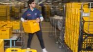 Ein Syrer arbeitet bei der Deutschen Post.