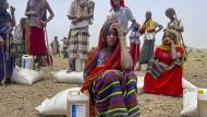 In der Region Afar im Nordosten von Äthiopien verteilt das Welternährungsprogramm der Vereinten Nationen Säcke mit Lebensmitteln.