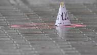 Eine Markierung der Spurensicherung zeugt am Tag nach dem Attentat von den schrecklichen Szenen, die sich in Hanau abgespielt haben.