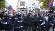 Slowenien, Ljubljana: Polizisten blockieren Demonstranten bei einem Protest gegen die Corona-Impfungen und Maßnahmen zur Eindämmung der Pandemie.